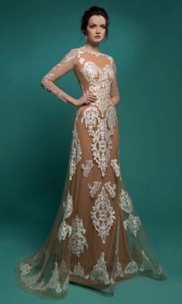 Пудрово-бежевое свадебное платье прямого силуэта с декором из белого кружева.