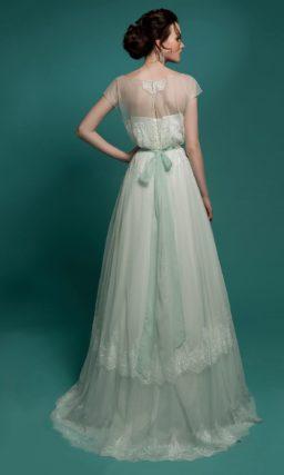 Прямое свадебное платье с широким поясом, выполненное из ткани мятного оттенка.