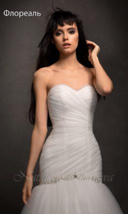 Свадебное платье с силуэтом «рыбка» и декором из крупных драпировок.