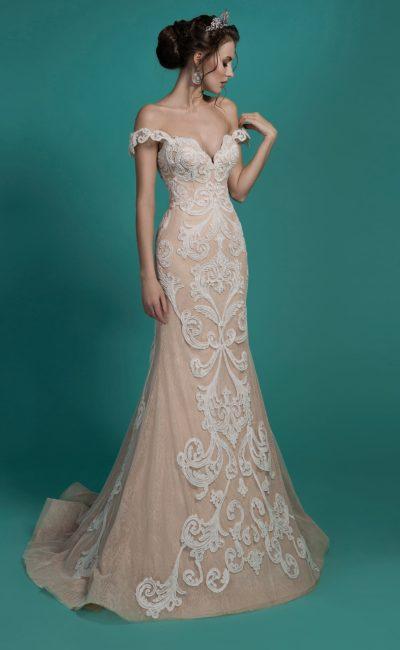 Бежевое свадебное платье силуэта «рыбка» с отделкой из белого кружева.