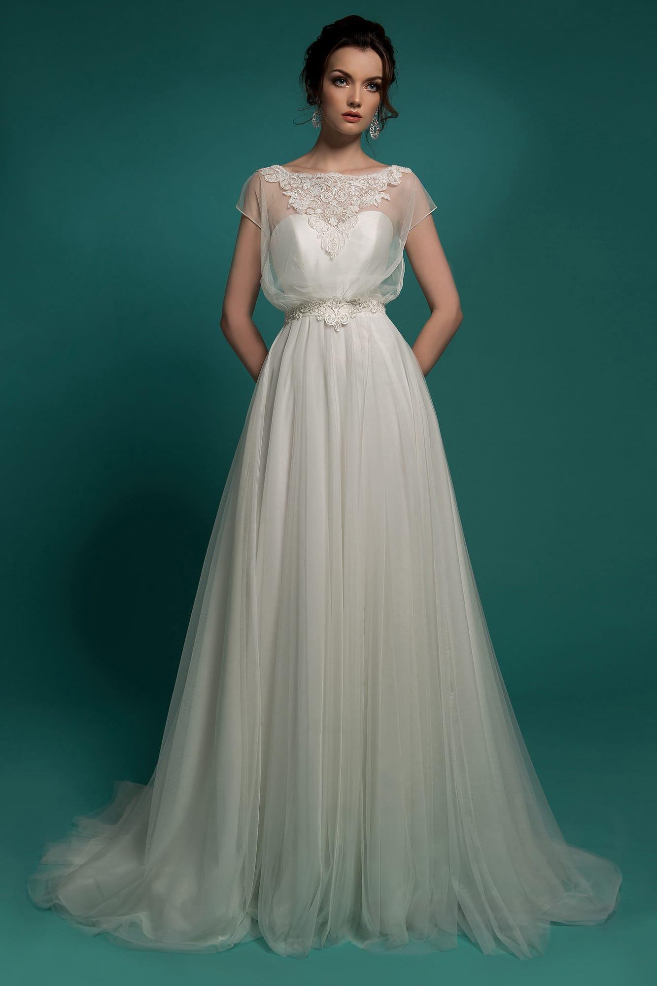 14c43bdf095 Свадебное платье в ампирном стиле с полупрозрачным верхом широкого кроя.