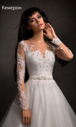 Свадебное платье с силуэтом «принцесса» и ажурным декором верха на прозрачной ткани.