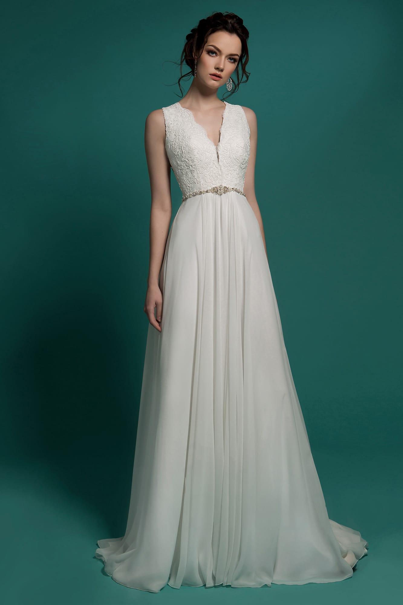 3c6b9149296b455 Прямое свадебное платье с V-образным вырезом и ажурной спинкой.