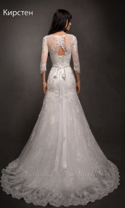Свадебное платье с силуэтом «рыбка» и закрытым верхом, дополненное узким поясом.