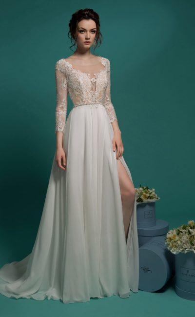 Прямое свадебное платье с разрезом по подолу и бежевой подкладкой ажурного верха.