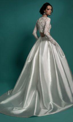 Пышное свадебное платье с атласной юбкой и укороченным ажурным топом.