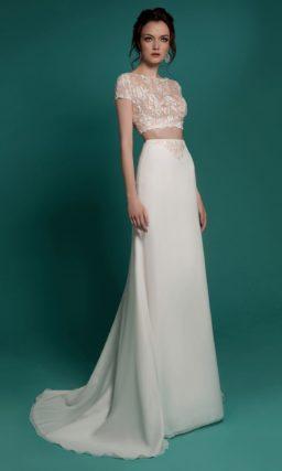 Прямое свадебное платье с юбкой со шлейфом и укороченным топом из кружева.