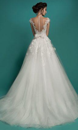 Свадебное платье силуэта «принцесса» с глубоким декольте и фактурной отделкой.