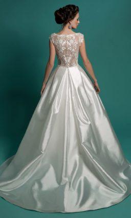 Пышное свадебное платье с глянцевой атласной юбкой и закрытым верхом из кружева.