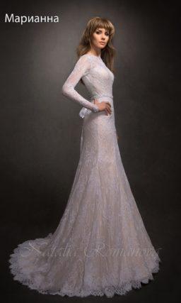 Закрытое свадебное платье с силуэтом «рыбка», по всей длине покрытое плотным кружевом.