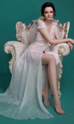 Полупрозрачное свадебное платье прямого силуэта с V-образным декольте.