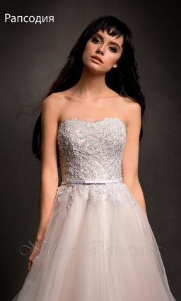 Открытое свадебное платье с фактурным корсетом и пышной юбкой пастельного розового цвета.