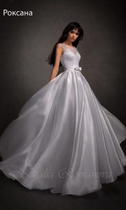 Свадебное платье в ампирном стиле с глянцевой юбкой и бантом на талии.