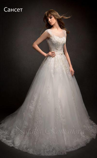 Свадебное платье украшенное кружевом