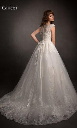 Свадебное платье, украшенное кружевом и бисером.