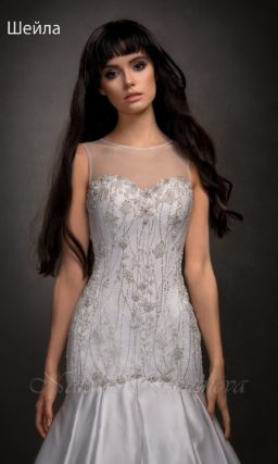 Свадебное платье с силуэтом «рыбка» и отделкой серебристым бисером.