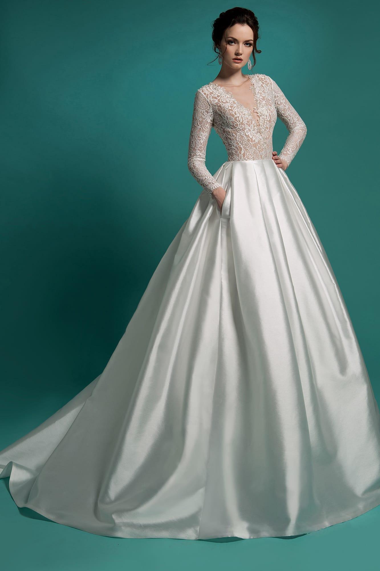 632b8a1b201 Пышное свадебное платье с атласной юбкой со шлейфом и полупрозрачным лифом.