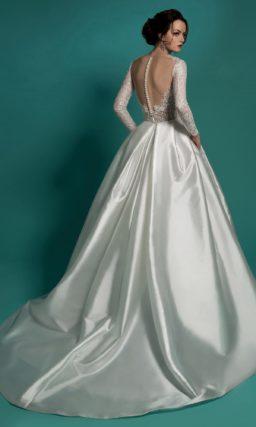 Пышное свадебное платье с атласной юбкой со шлейфом и полупрозрачным лифом.