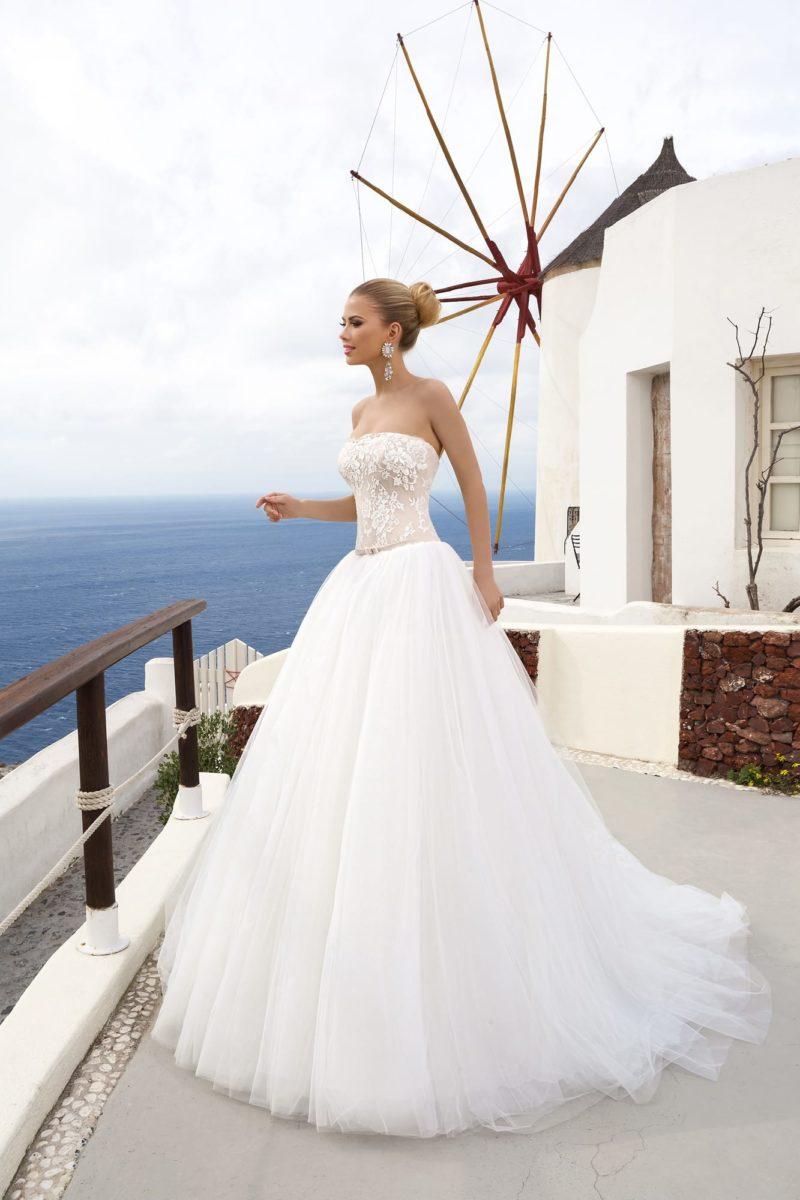 Открытое свадебное платье с пышным силуэтом и бежевым корсетом.
