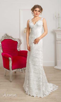 Прямое свадебное платье с вырезом «замочная скважина» сзади и V-образным декольте.