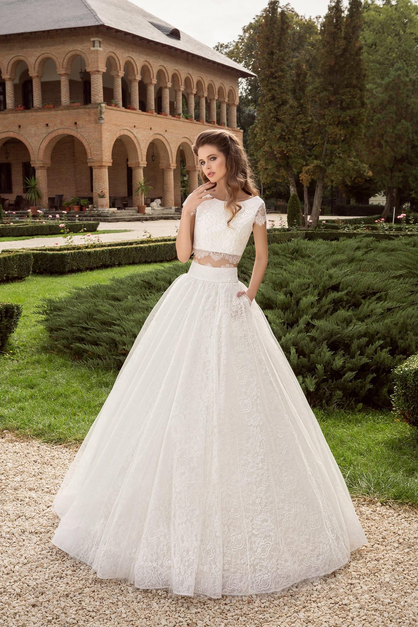 09c4b39fa890813 Свадебное платье силуэта «принцесса» с укороченным топом и короткими  рукавами.