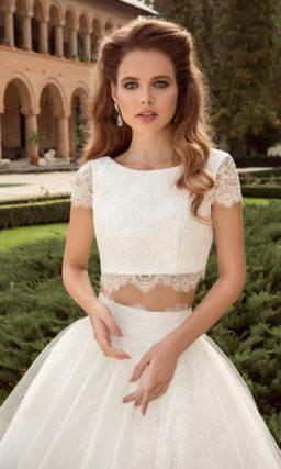 Свадебное платье силуэта «принцесса» с укороченным топом и короткими рукавами.