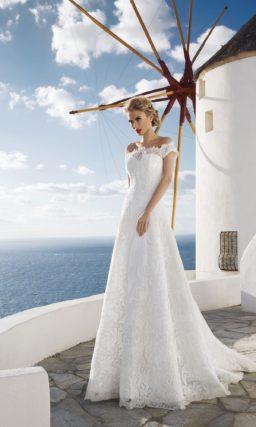 Свадебное платье силуэта «принцесса» с длинным шлейфом и ажурными бретелями.