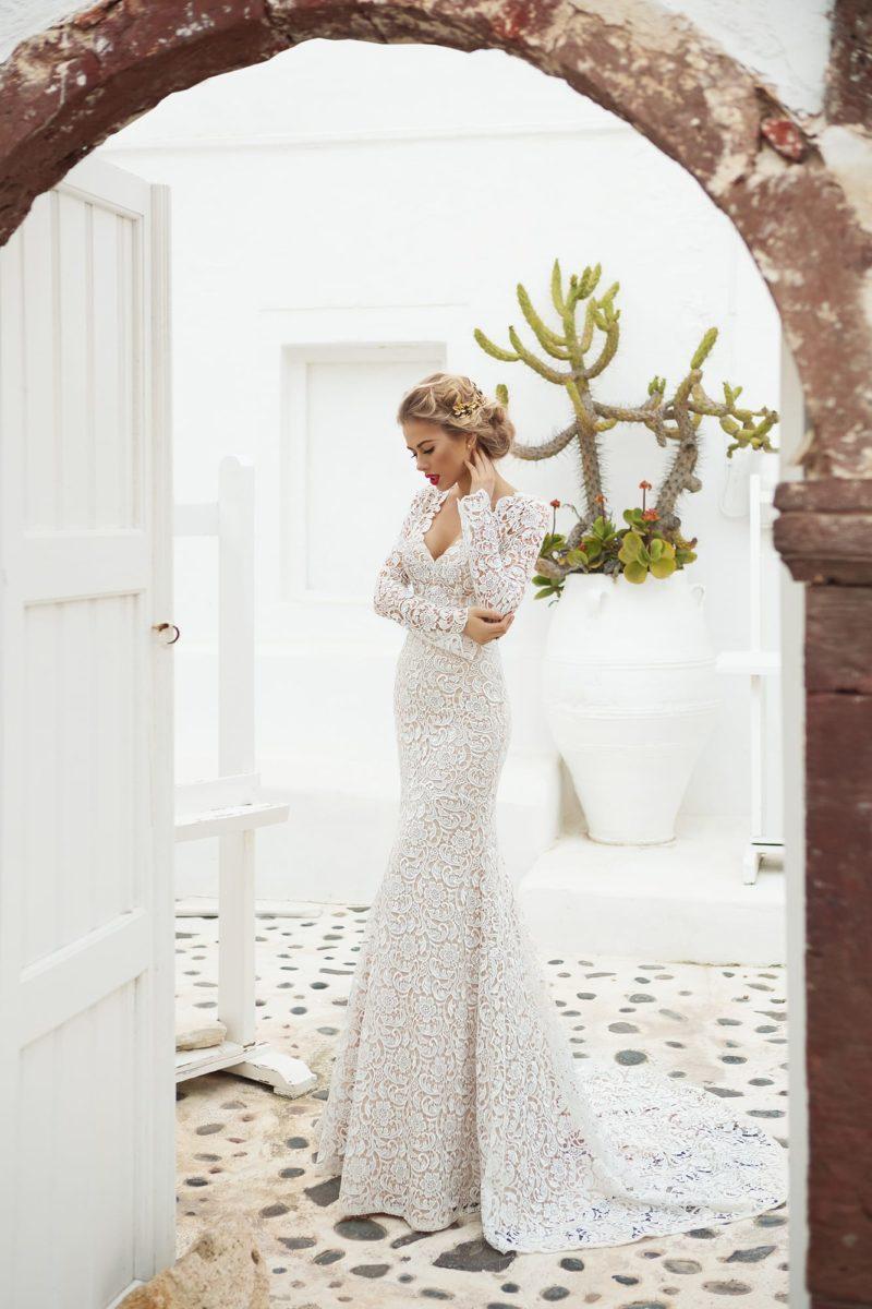Облегающее свадебное платье «рыбка» с кружевной отделкой и длинным рукавом.