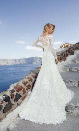 Свадебное платье «рыбка» с портретным декольте, длинным рукавом и кружевной спинкой.