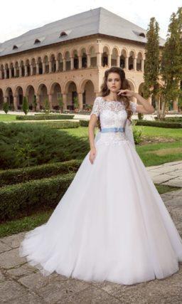 Пышное свадебное платье с кружевным верхом и атласным голубым поясом.
