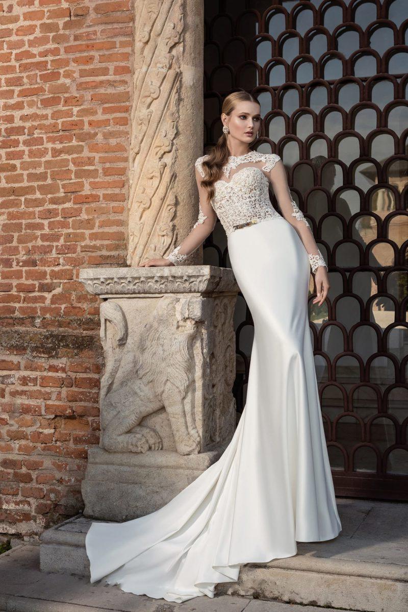 Прямое свадебное платье из атласа
