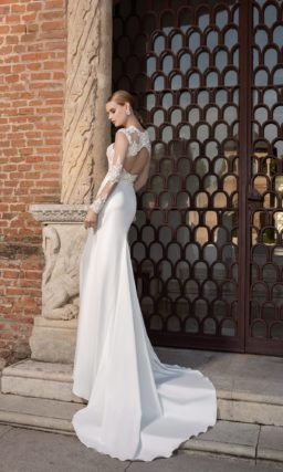 Прямое свадебное платье из атласа с длинным рукавом и потрясающим шлейфом.