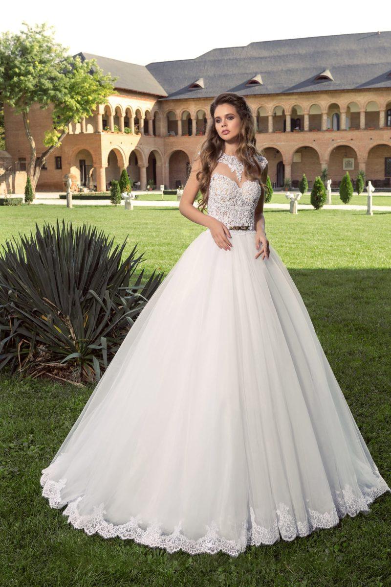 Пышное платье с ажурным оформлением лифа