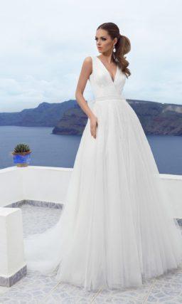 Прямое свадебное платье с широким поясом и V-образными вырезами на лифе и сзади.
