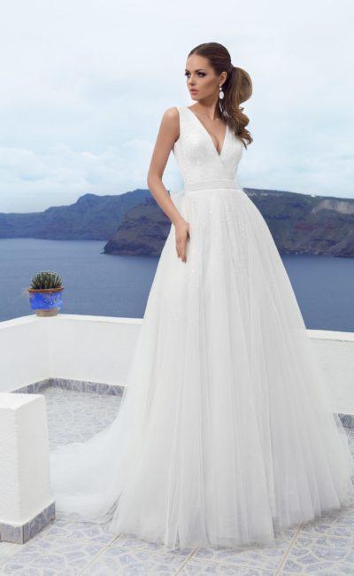 Cвадебное платье с V-образным вырезом