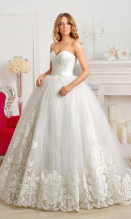 Пышное свадебное платье с открытым корсетом и отделкой крупными аппликациями.