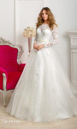 Свадебное платье А-силуэта с верхом из плотного кружева и ажурным поясом.