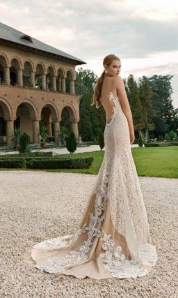 Прямое свадебное платье с открытым декольте и кружевной юбкой.