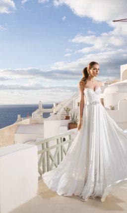 Открытое свадебное платье с прямым силуэтом и прорезной вышивкой на подоле.
