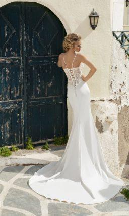 Свадебное платье силуэта «принцесса» с пышной верхней юбкой и кружевным верхом.