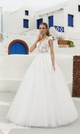 Свадебное платье «принцесса» с декором из кружева на подкладке в тон кожи.
