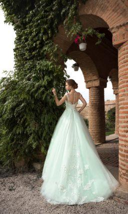Пышное свадебное платье с открытым корсетом, выполненное из ткани мятного оттенка.