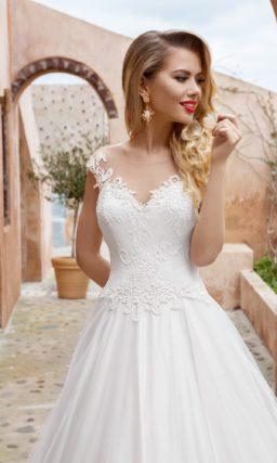 Атласное свадебное платье с романтичным кружевным верхом.