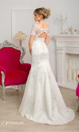Свадебное платье с силуэтом «русалка» и короткими ажурными рукавами.