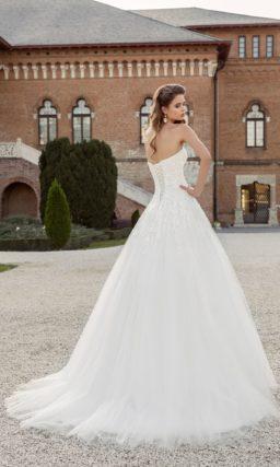 Открытое свадебное платье с пышным шлейфом.