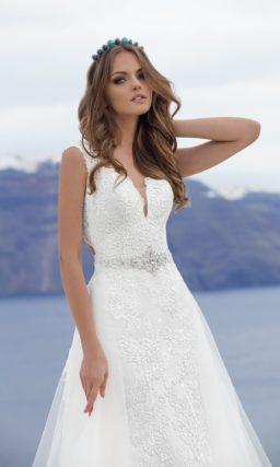 Ажурное свадебное платье силуэта «принцесса» с пышным шлейфом и вырезом на спинке.