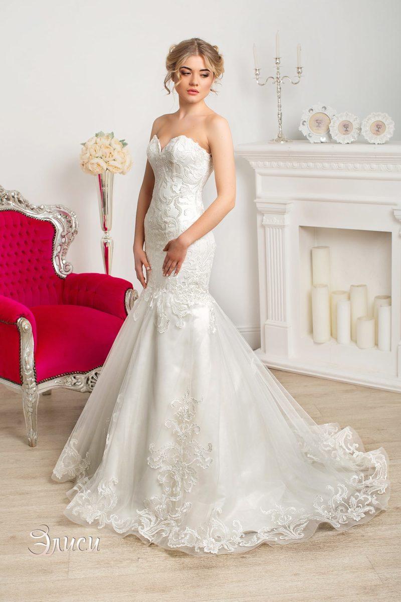 Облегающее свадебное платье «рыбка» с многослойной юбкой и открытым корсетом.