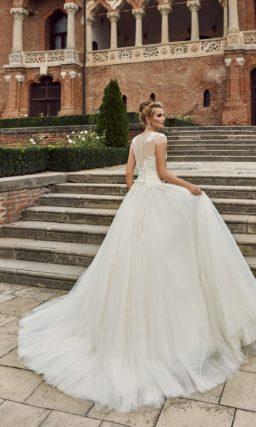Свадебное платье с силуэтом «принцесса» и короткими ажурными рукавами.