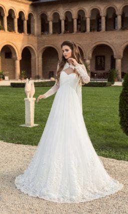 Свадебное платье силуэта «принцесса» с кружевным болеро с длинным рукавом.
