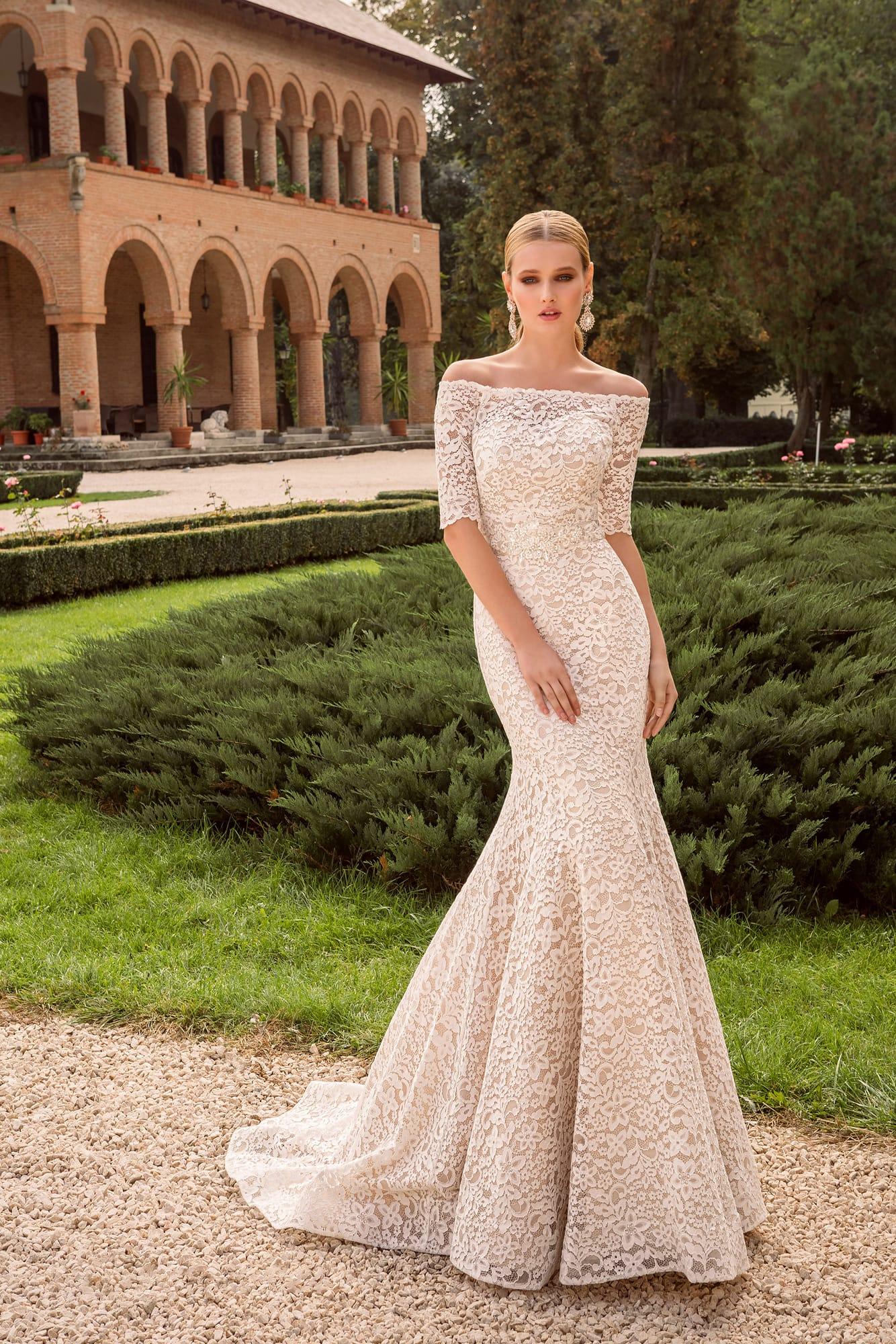 97e1c64f387 Элегантное свадебное платье силуэта «рыбка» с портретным декольте и  короткими рукавами.